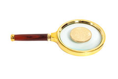 Vetro della lente con la moneta dorata del bitcoin Fotografia Stock