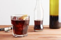 Vetro della miscela del vino e della cola di Kalimotxo Fotografia Stock