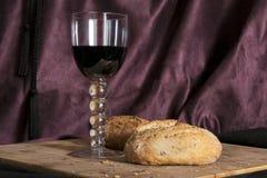 Vetro della natura morta del pane e del vino rosso Fotografia Stock