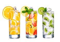 Vetro della raccolta fredda delle bevande di frutta isolata su bianco Immagine Stock