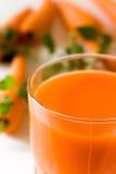 Vetro della spremuta di carota di recente compressa Fotografia Stock Libera da Diritti