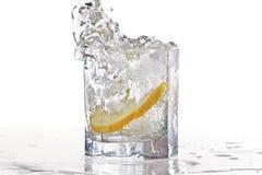 Vetro di acqua, di ghiaccio e della fetta di limone fresco con fotografie stock libere da diritti