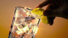 Vetro di acqua ghiacciata con il filtro dalla stella del limone video d archivio