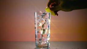 Vetro di acqua ghiacciata con l'ampio filtro dalla stella del limone stock footage