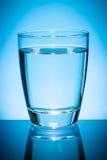 Vetro di acqua sull'azzurro Fotografie Stock Libere da Diritti