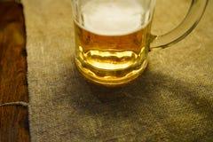 Vetro di birra ad un dettaglio della tavola del ristorante fotografie stock