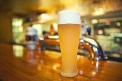 Vetro di birra alla barra Fotografia Stock