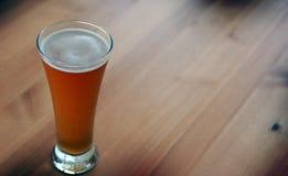 Vetro di birra belga sulla tabella di legno. Fotografie Stock Libere da Diritti