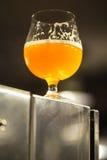 Vetro di birra chiara in una fabbrica di birra Immagini Stock