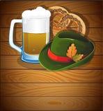 Vetro di birra, ciambellina salata e cappello di Oktoberfest Fotografia Stock