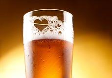 Vetro di birra con il cuore rappresentato Fotografia Stock Libera da Diritti