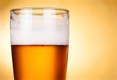Vetro di birra con schiuma Immagine Stock