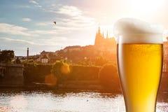 Vetro di birra contro la vista di Praga Fotografia Stock Libera da Diritti
