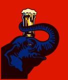 Vetro di birra della tenuta dell'elefante del fumetto sulla testa con l'illustrazione di vettore del tronco Fotografie Stock Libere da Diritti