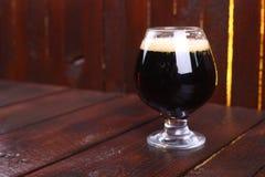 Vetro di birra di malto scura Fotografia Stock Libera da Diritti