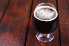 Vetro di birra di malto scura Fotografia Stock
