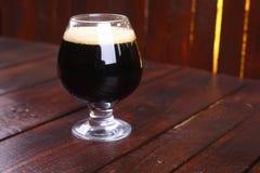 Vetro di birra di malto scura Fotografie Stock Libere da Diritti