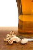 Vetro di birra e dei pistacchi fotografia stock libera da diritti
