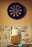 Vetro di birra e del bersaglio, filtrato fotografia stock