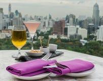 Vetro di birra e del cocktail con la forcella ed il coltello Immagini Stock Libere da Diritti