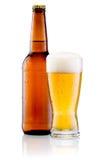Vetro di birra e della bottiglia di Brown con le gocce isolate Immagine Stock