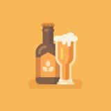 Vetro di birra e della bottiglia di birra su fondo arancio illustrazione vettoriale