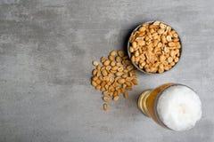 Vetro di birra e delle arachidi Immagini Stock