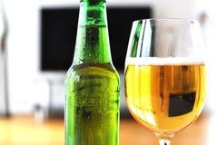 Vetro di birra e di una bottiglia Immagini Stock Libere da Diritti