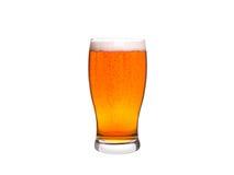 Vetro di birra isolato su priorità bassa bianca ale Fotografia Stock