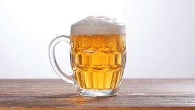 Vetro di birra leggera stock footage