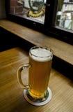 Vetro di birra leggera su una tavola di legno Fotografia Stock Libera da Diritti