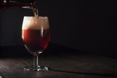 Vetro di birra marrone Immagini Stock