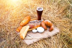 Vetro di birra o kvas e pani sulla tovaglia Immagini Stock Libere da Diritti