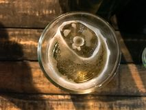 Vetro di birra preso dall'angolo superiore immagine stock