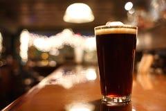 Vetro di birra scura Immagine Stock Libera da Diritti