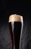 Vetro di birra scura Fotografia Stock