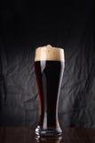 Vetro di birra scura Immagini Stock Libere da Diritti
