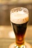 Vetro di birra scura fotografie stock