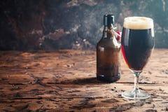 Vetro di birra scura Fotografia Stock Libera da Diritti