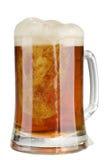 Vetro di birra scura dell'alcool con schiuma isolata Fotografia Stock