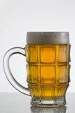 Vetro di birra su priorità bassa bianca Fotografia Stock Libera da Diritti