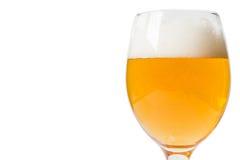 Vetro di birra su una priorità bassa bianca Immagini Stock Libere da Diritti