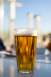 Vetro di birra sul terrazzo Immagine Stock