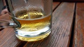Vetro di birra sulla tavola Fotografia Stock Libera da Diritti