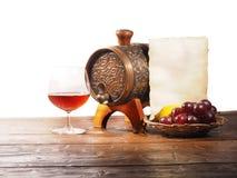 Vetro di brandy, barilotto, vecchia carta su un fondo bianco Fotografie Stock