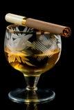 Vetro di brandy con la sigaretta Fotografia Stock Libera da Diritti