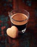 Vetro di caffè espresso con il biscotto in forma di cuore Fotografie Stock Libere da Diritti