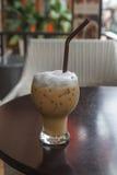 Vetro di caffè freddo sulla tavola immagine stock