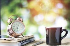 vetro di caffè sulla tavola con il libro e l'orologio Immagini Stock Libere da Diritti