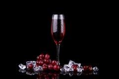 Vetro di Champagne con l'uva rossa immagine stock libera da diritti